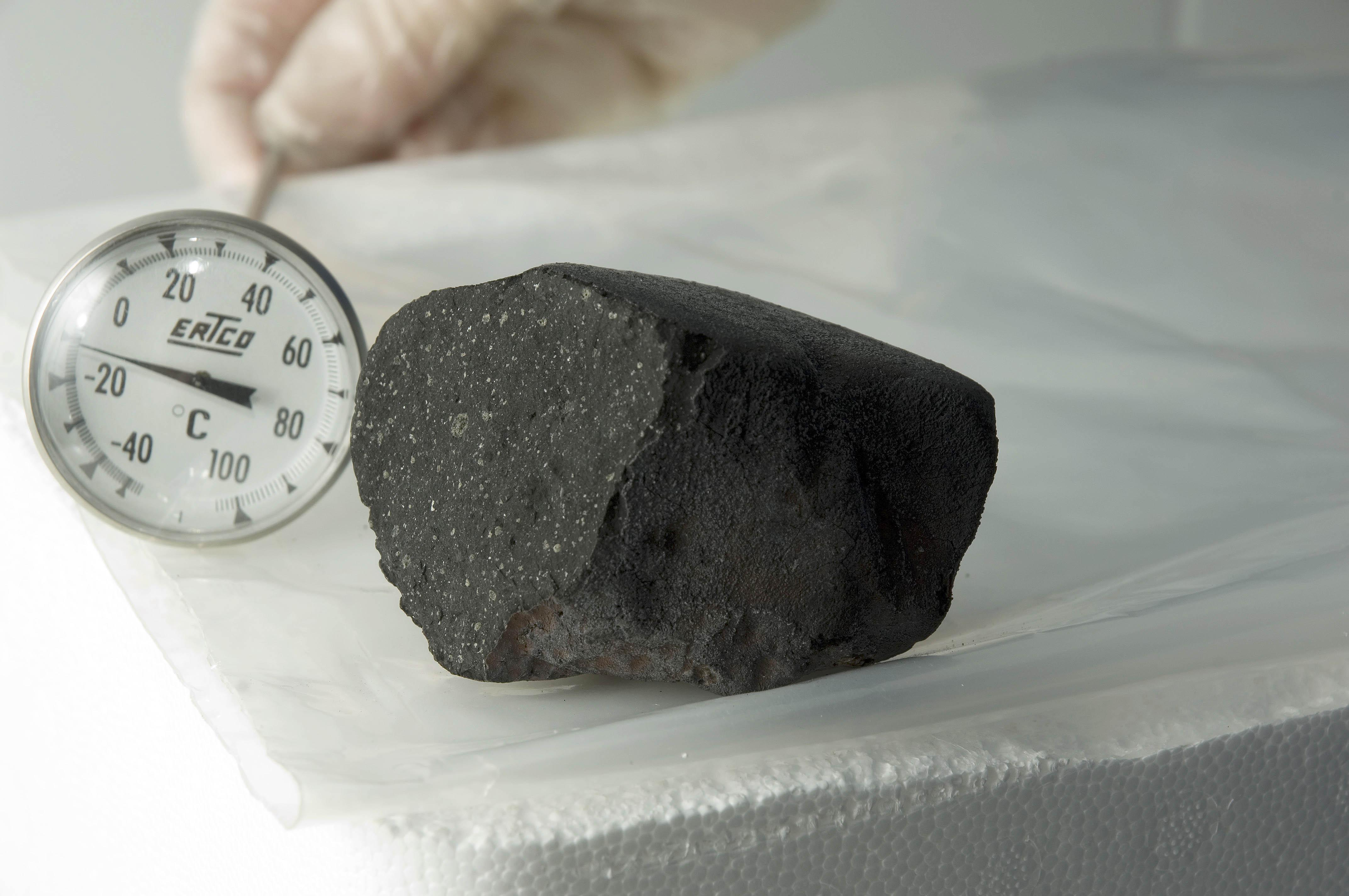 557996main_tagish-lake-meteorite